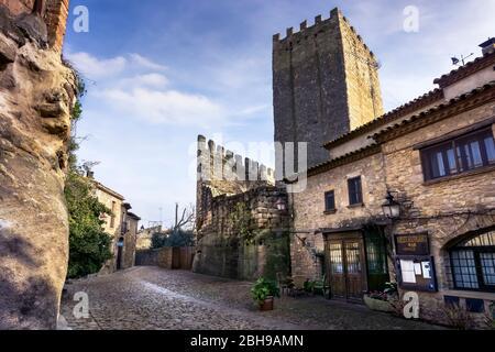 Dorfzentrum mit Blick auf den Turm der Homenatge in der Burg von Peratallada - Stockfoto
