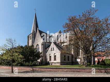 Seitenansicht der gotischen Pfarrkirche im Stadtzentrum von Heist-op-den-Berg, Belgien - Stockfoto