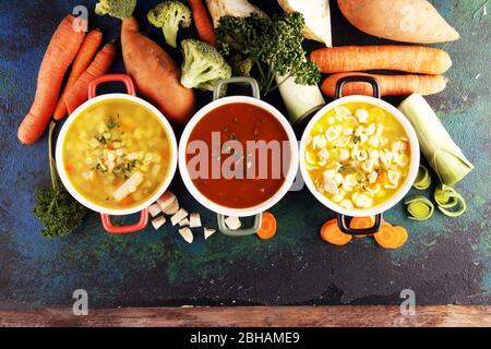 Set aus drei Suppen aus weltweiter Küche, gesundes Essen. Brühe mit Nudeln, Rindersuppe und Brühe mit Marneklößen. Alle Suppen mit gesundem vegeta