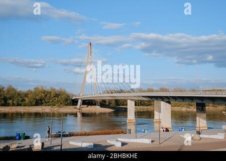 WARSCHAU, POLEN - 20. APRIL 2020: Brücke über das Heilige Kreuz über die Weichsel - Stockfoto