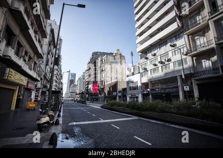Buenos Aires, Argentinien - 21. April 2020: Avenida Corrientes am Morgen mit dem obelisco im Hintergrund in Buenos Aires, Argentinien - Stockfoto