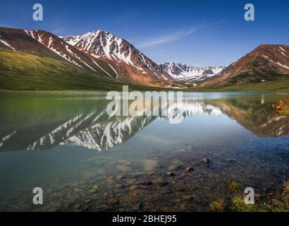 Altai-Berge im Bergsee, Khoton-See, Bayan-Ulgii Provinz, Mongolei, Asien reflektiert - Stockfoto
