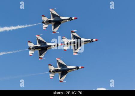 United States Air Force Thunderbirds bei der Vorführung ihrer Präzisionsflüge auf 2019 Wings Over Houston, Houston, Texas. - Stockfoto
