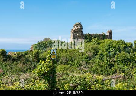 Vorsicht vor dem Cliff Edge Schild am Hastings Castle, East Sussex, UK - Stockfoto