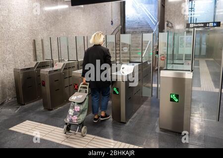 Barcelona, Spanien. April 2020. Passagier verlässt während der Sperrung des Coronavirus eine leere Metrostation in Barcelona - Stockfoto