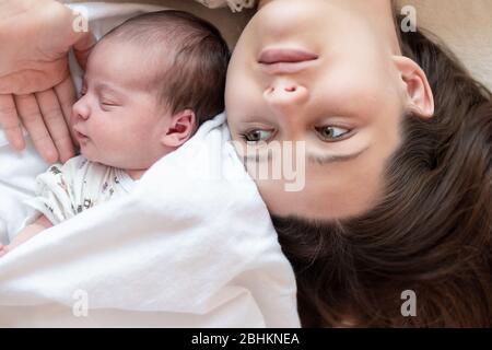Mutterschaft, Kindheit, Familie, Pflege, Medizin, Schlaf, Gesundheit, Mutterschaft Konzept - Porträt von Mama mit neugeborenem Baby in Windel auf gewickelt - Stockfoto