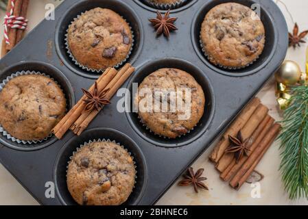 Schokoladenmuffins auf Holzbrett - Stockfoto