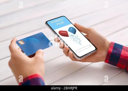 Smartphone Mit Geöffneter Online-Apotheke App Und Kreditkarte In Männerhand - Stockfoto