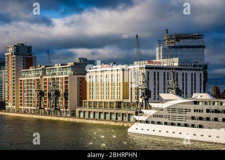 London, England. Januar 2018. Ibis Hotel von Royal Victoria Dock Bridge - Stockfoto