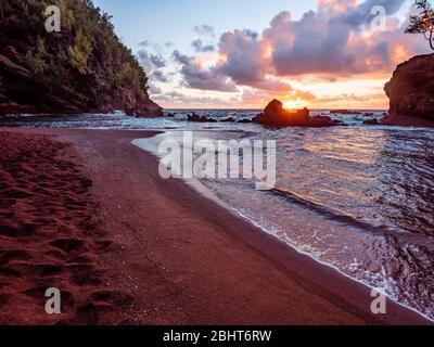 Sonnenaufgang am Red Sand Beach (Kaihalulu Beach) auf Maui. - Stockfoto