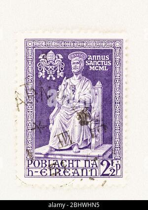 SEATTLE WASHINGTON - 26. April 2020: Purple Irland Briefmarke zum Heiligen Jahr 1950, mit der Statue des Heiligen Petrus, die den Prinzen darstellt - Stockfoto