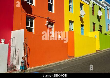 Kleiner Junge und bunte Häuser, Bo-Kaap, Kapstadt, Südafrika - Stockfoto