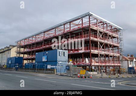 Rhyl, UK: 07. Jan 2020: Auf dem Gelände des ehemaligen Grange Hotels werden derzeit Bauarbeiten für eine Wohnsiedlung durchgeführt. - Stockfoto