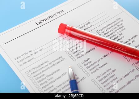 Blut in Reagenzgläsern, Stift und Untersuchungsformular auf dem Tisch - Stockfoto