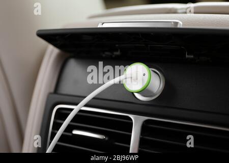 Netzstecker Telefon im Auto - Stockfoto