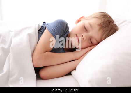 Liebenswert kleinen Jungen im Bett schlafen - Stockfoto
