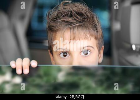 Porträt eines jungen im Auto - Stockfoto