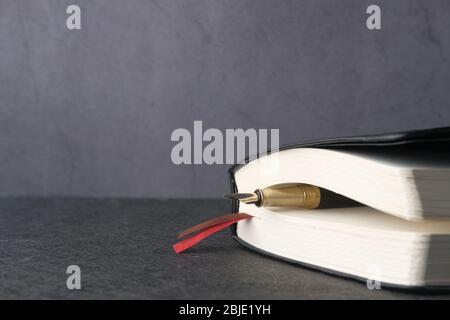 Nahaufnahme des Notizblocks mit Stift auf Kacheln Hintergrund - Stockfoto