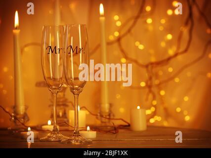 Dekorierte Sektgläser für schwule Hochzeit auf dem Tisch - Stockfoto