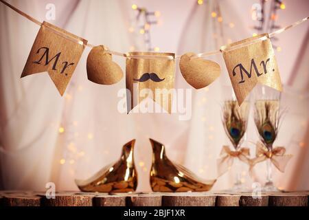 Dekorationen für Homosexuell Hochzeit auf verschwommenem Hintergrund - Stockfoto