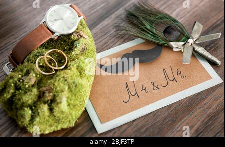 Hochzeitszubehör auf Holztisch - Stockfoto