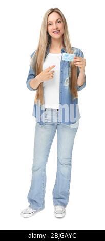 Schöne junge Frau mit Visitenkarte auf weißem Hintergrund - Stockfoto