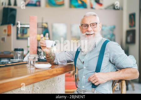 Älterer bärtiger Mann trinkt Kaffee sitzen Bar Theke - glücklich reifen männlichen Spaß genießen Zeit im Freien - Stockfoto