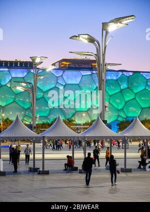 Peking / China - 11. Oktober 2018: Abendansicht des beleuchteten Beijing National Aquatics Center (Water Cube) in Peking Olympic Park, Veranstaltungsort von Swimmi