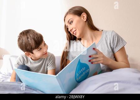 Mutter liest Schlafenszeit Geschichte zu Sohn zu Hause - Stockfoto