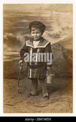 Frühe 1900's Seaside Postkarte von jungen trägt eine HMS Victory Kappe, Seemann Anzug, Eastbourne, Sussex, England, Großbritannien um 1908 - Stockfoto