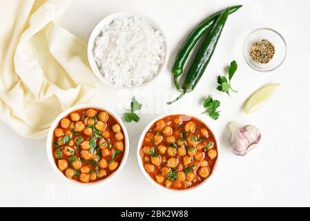 Knusprig geröstete Kichererbsen im indischen Stil in einer Schüssel auf weißem Hintergrund. Vegetarisches veganes Food Konzept. Draufsicht, flaches Lay - Stockfoto