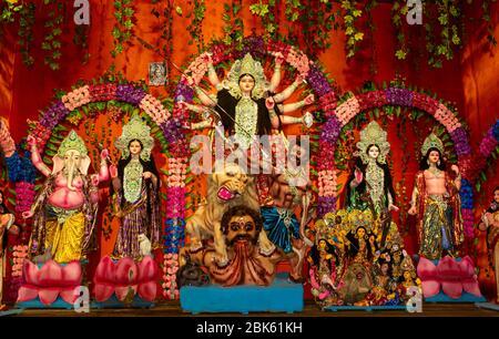 Durga Puja oder Durgotsava, ist ein jährliches Hindu-Festival, das hauptsächlich in Westbengalen, Indien gefeiert wird.Durga ist Göttin, die einen Löwen mit vielen Armen jeder Carryin reitet - Stockfoto