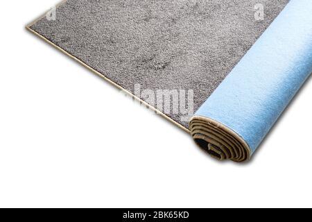 Rolle Teppich in braun auf weißem Hintergrund. Teppich mit genähten Kanten. - Stockfoto