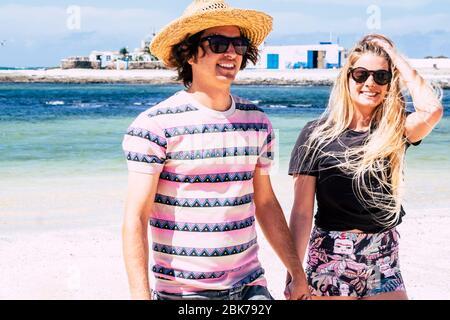 Tourismus und Touristen Menschen genießen Sommerurlaub Urlaub nach Lockdown Notfall-Konzept - junge schöne Millennial-Paar und blauen Ozean Meer und w - Stockfoto
