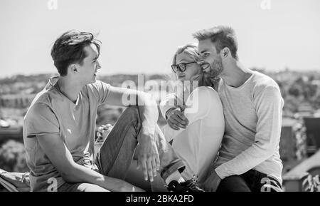 Miteinander zufrieden. Freundschaftsbeziehungen, Familienbindung und Liebe. Sommerurlaub. Zeit zum Entspannen. Gruppe von Menschen im Freien. Familienwochenende. Glückliches Mädchen und zwei Männer. Fröhliche Freunde. - Stockfoto
