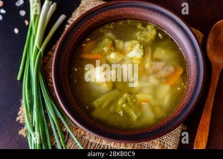 Frische vegane Suppe mit Brokkoli, Blumenkohl, Spargel und Karotten. Nützliche gesunde vegane Lebensmittel - Stockfoto