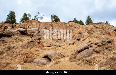 Wunderschöne Sandsteinfelsen mit Kiefern auf der Spitze in der Nähe von Silver Cascade Falls, Colorado Springs, Colorado - Stockfoto