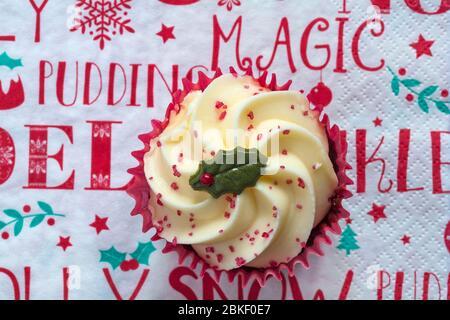 Sainsburys Red Velvet Cupcake auf Weihnachten serviette Serviette - von oben nach unten suchen. - Stockfoto