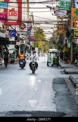 Verkehr auf Soi Nana Rotlichtviertel geschlossen während Covid 19 Epidemie, Bangkok, Thailand