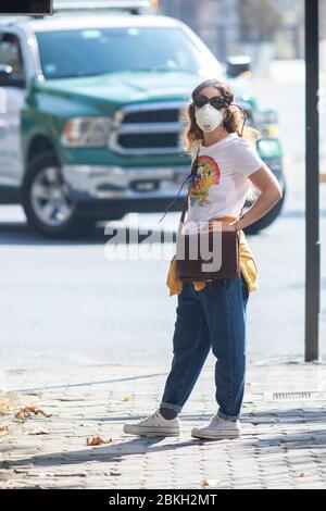 Echte Menschen besorgt und zu Fuß in Providencia Straßen während Coronavirus-Krankheit-Infektion COVID-19 mit Abstand und Maske Schutz Stockfoto
