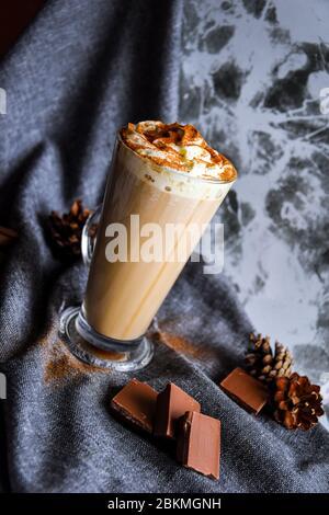 Eis-Espresso, Nitro-kalter Brühkaffee mit der Gärung wurde Stickstoff zu einem ähnlichen Biersystem mit Schokolade verdichtet - Stockfoto