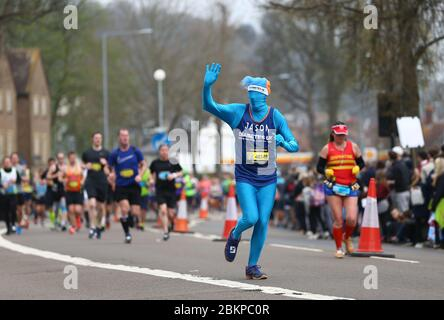 Eine Person, die für die Diabetes UK Charity läuft, nimmt am Brighton Marathon 2018 Teil. Picture James Boardman - Stockfoto