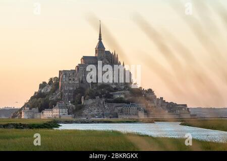 Frankreich, Manche, Le Mont-Saint-Michel, Sonnenuntergang vom Ufer des Couesnon - Stockfoto