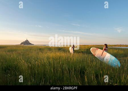 Frankreich, Manche, Le Mont-Saint-Michel, Frau paddeln auf dem Couesnon bei Sonnenuntergang - Stockfoto