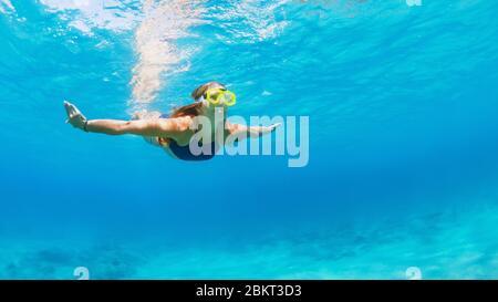 Glückliche Familie - junge Frau in Schnorchelmaske tauchen, schwimmen unter Wasser, um tropische Fische im Meer Lagunenpool zu sehen. Reiseabenteuer, Schwimmaktivitäten - Stockfoto