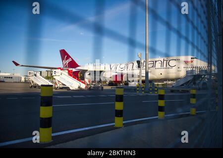 Glasgow, Großbritannien. Mai 2020. Im Bild: Virgin Atlantic (Ruby Tuesday) der Boeing 747-400 Jumbo Jet wird während der verlängerten Sperrung des Coronavirus (COVID19) auf unbestimmte Zeit am Flughafen Glasgow geerdet. Virgin Atlantic kündigte an, dass auch ihre Operationen in Gatwick geschlossen bleiben werden, was massive Auswirkungen auf andere Fluggesellschaften und den Süden Englands haben wird. Quelle: Colin Fisher/Alamy Live News - Stockfoto