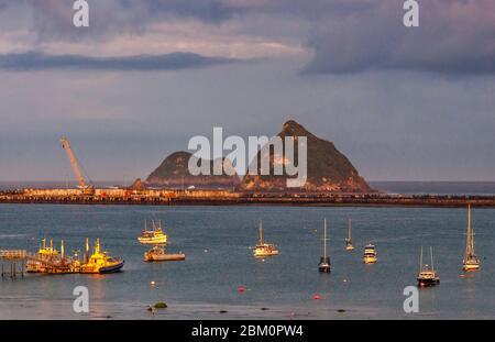 Boote auf Port Taranaki, Whareumu und Motorua Islands in dist, Sonnenaufgang, vom Belt Road Holiday Park in New Plymouth, North Island, Neuseeland