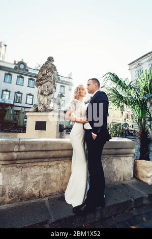 Braut und Bräutigam. Nahaufnahme Porträt eines Mannes in einem Anzug und eine Frau mit blonden Haaren in einem weißen Kleid am Hochzeitstag. - Stockfoto