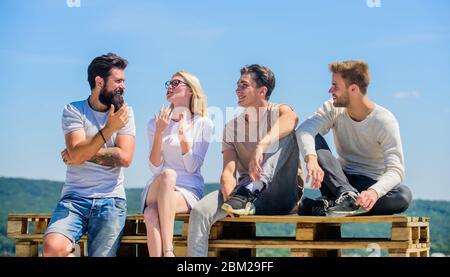 Die Zeit zusammen genießen. Beste Freunde. Sommerurlaub. Glückliche Männer und Mädchen entspannen. Gruppe von Menschen in Freizeitkleidung. Verschiedene junge Menschen miteinander reden. Gruppe von vier Personen. Große fit für den freien Tag. - Stockfoto
