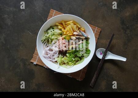 Asam laksa ist eine saure Suppe auf Basis von Fisch und Tamarinden in Malaysia. - Stockfoto